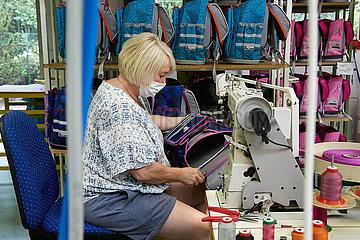 Eberswalde  Deutschland - Mitarbeiterin in der Produktion von McNeill Schulranzen der Thorka GmbH.