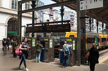 Porto  Portugal  Bahnreisende am Bahnsteig des Bahnhof Sao Bento