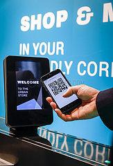Bezahlen mit Handy und QR Code  Messe Euroshop  Duesseldorf  Nordrhein-Westfalen  Deutschland