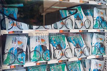Singapur  Republik Singapur  Warenautomat mit wiederverwertbaren Mundschutzmasken gegen Covid-19