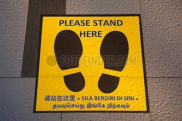 Singapur  Republik Singapur  Markierung Social Distancing vor Warenautomat fuer Mundschutzmasken