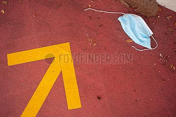 Singapur  Republik Singapur  Weggeworfener Mundschutz liegt auf dem Boden eines Buergersteigs