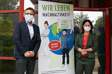 Eberswalde  Deutschland - Annalena Baerbock und Klaus Goetsch vor dem Werk der Thorka GmbH.