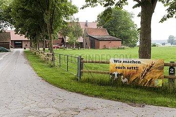Protestplakat bei einem westfälischen Bauernhof