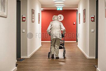 Rentnerin im betreuten Wohnen