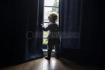 Kleines Kind am Fenster