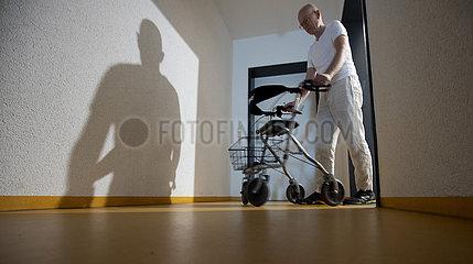 Mann mit Rollator