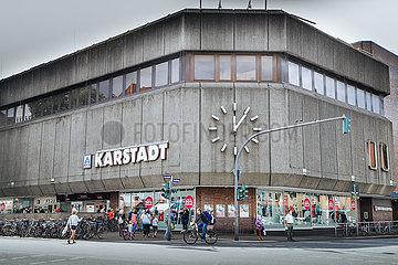 5 nach 12 zeigt die Uhr an der Karstadt Filiale in Hamburg Eimsbuettel