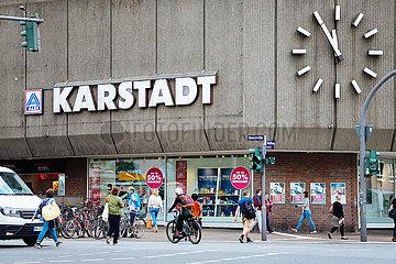 5 vor 12 zeigt die Uhr an der Karstadt Filiale in Hamburg Eimsbuettel