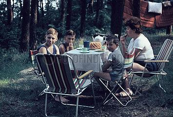 Camping  Familie am Kaffeetisch