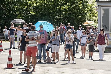Großer Andrang vor dem Testzentrum für die Bevölkerung in Oelde