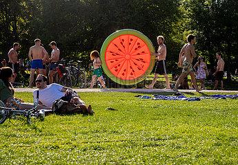 Corona Virus: Menschenmassen im Park in München