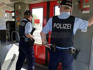 Zwei Polizisten im Zug