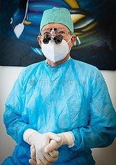 Zahnarzt in besonderer Schutzkleidung
