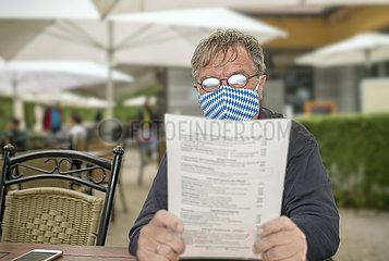 Brille beschlagen wegen Mundschutz  Mann im Biergarten  Juni 2020