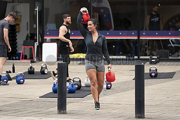 (SP) BRITAIN-SALFORD-COVID-19-OUTDOOR KETTLEBELL CLASS
