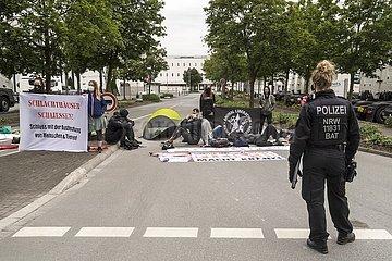 Tierschützer demonstrieren vor Tönnies Werk
