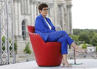 Annegret Kramp-Karrenbaue - TV-Produktion Bericht aus Berlin (ARD)