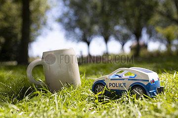 Bierkrug und Polizei Spielzeugauto