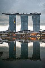 Singapur  Republik Singapur  Dunkle Wolken ueber dem Marina Bay Sands Hotel
