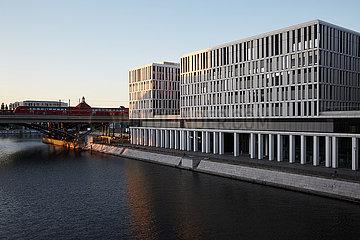 Berlin  Deutschland - Humboldthafen mit Wohn- und Buerogebaeuden am Ufer.