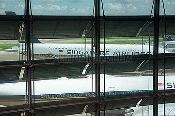 Singapur  Republik Singapur  Geparkte Passagierflugzeuge der Singapore Airlines auf dem Flughafen Changi