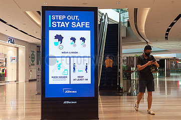 Singapur  Republik Singapur  Digitaler Screen zu Vorsichtsmassnahmen im Jewel Terminal am Flughafen Changi