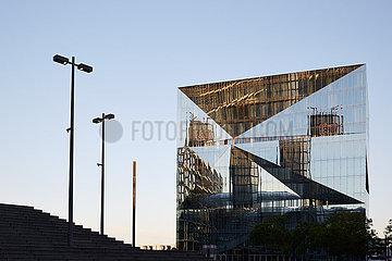 Berlin  Deutschland - Das Buerogebaeude Cube Berlin mit seiner gefalteten Glasfassade.
