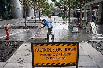 Singapur  Republik Singapur  Arbeitsmigranten reinigen den Boden in Marina Bay nach der Ausgangsbeschraenkung