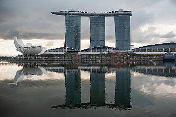 Singapur  Republik Singapur  Dunkle Wolken ueber dem Marina Bay Sands Hotel und ArtScience Museum
