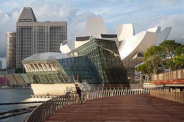Singapur  Republik Singapur  Uferpromenade in Marina Bay mit Louis Vuitton Island Maison Pavillon