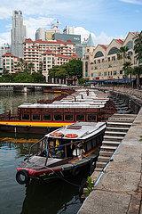 Singapur  Republik Singapur  Boote am Ufer des Alkaff Quay entlang des Singapore River