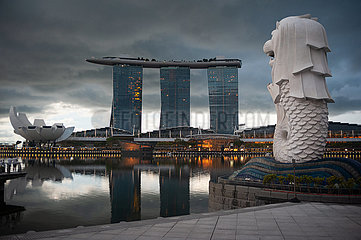 Singapur  Republik Singapur  Dunkle Wolken ueber dem Marina Bay Sands Hotel und Merlion Park