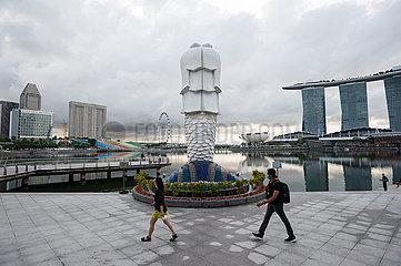 Singapur  Republik Singapur  Morgengrauen ueber Marina Bay und dem Merlion Park nach Ausgangsbeschraenkung