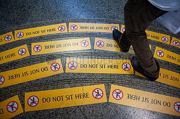 Singapur  Republik Singapur  Gelbe Verbotsschilder untersagen das Sitzen auf Stufen