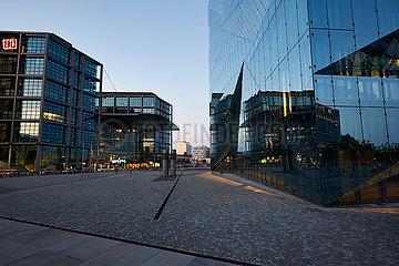 Berlin  Deutschland - Hauptbahnhof und das Buerogebaeude Cube Berlin am Abend.
