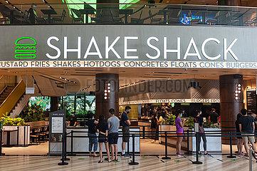 Singapur  Republik Singapur  Menschen mit Mundschutz warten vor dem Shake Shack Restaurant am Flughafen Changi