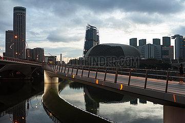 Singapur  Republik Singapur  Morgengrauen beginnt ueber der Innenstadt am Ufer in Marina Bay