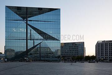 Berlin  Deutschland - Das Buerogebaeude Cube Berlin mit seiner gefalteten Glasfassade am Abend.
