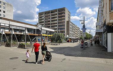 Passanten auf der Marktstrasse  Fussgaengerzone und Einkaufsstrasse  Oberhausen  Ruhrgebiet  Nordrhein-Westfalen  Deutschland