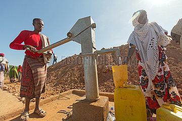Gabradahidan  Somali Region  Aethiopien - Trinkwasserversorgung an einer Zisterne  Duerre