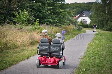 Seniorenausflug im Doppelsitzer Scooter Elektromobil
