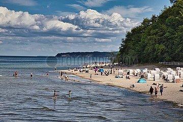 Ostseestrand mit Urlaubern und Strandkoerben