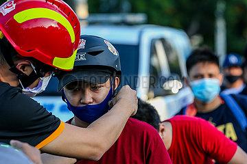 PHILIPPINEN-MANILA-FREE HELME DISTRIBUTION