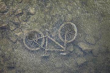 Lippe  altes Fahrrad liegt im Fluss  Wesel  Niederrhein  Nordrhein-Westfalen  Deutschland
