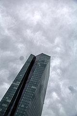 Deutschland  Frankfurt am Main - Europaeische Zentralbank unter duesterem Himmel