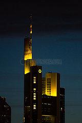 Deutschland  Frankfurt am Main - Zentrale der Commerzbank AG in der Abenddaemmerung unter dunklen Wolken