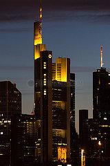 Deutschland  Frankfurt am Main - Skyline des Finanzviertels in der City in der Abenddaemmerung mit der Zentrale der Commerzbank AG