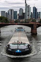 Deutschland  Frankfurt am Main - Dunkle Wolken ueber der skyline der Stadt  vorne ein Binnenschiff