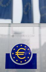 Deutschland  Frankfurt am Main - Schild mit Eurosymbol an einem Eingang zur Europaeischen Zentralbank